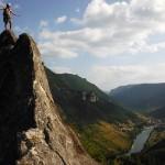 Escalade : Etienne au sommet du Roc Aiguille dans le Tarn