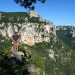 Hervé au sommet de Pégase dans les gorges de la Jonte.